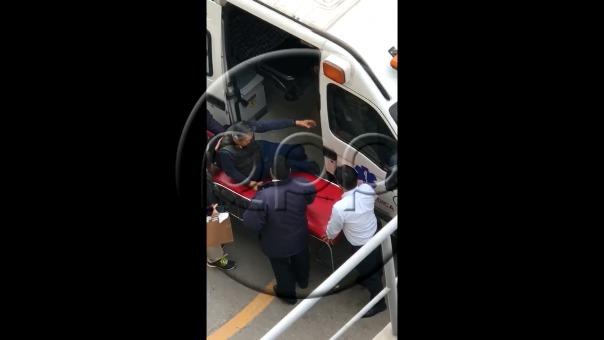 Alberto Fujimori se acomoda en una camilla al bajar de la ambulancia que lo trajo desde su casa en La Molina.