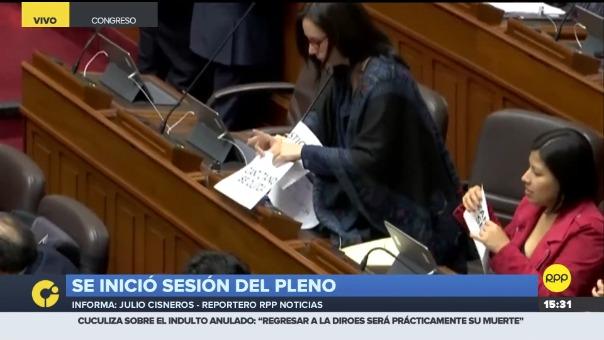Los congresistas se expresaron con carteles ante la anulación del indulto a Alberto Fujimori.