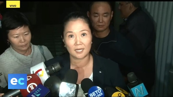 Keiko Fujimori se presentó ante la prensa en la clínica Centenario junto a sus hermanos Hiro y Sachi.