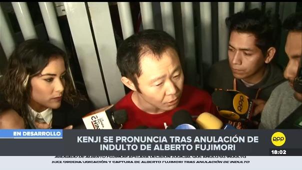 Kenji Fujimori declara a la prensa en la puerta de la clínica Centenario.