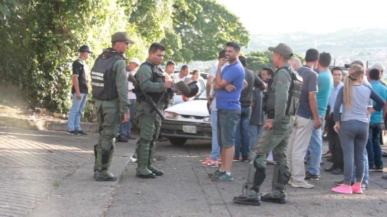 Venezolanos viven calvario para conseguir gasolina en frontera.