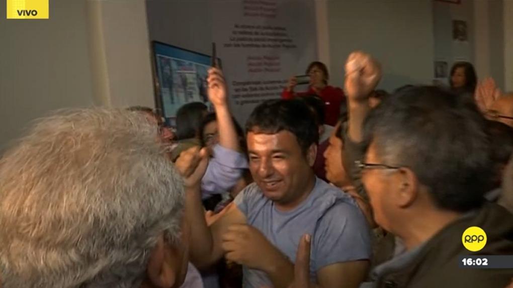 Los seguidores de Jorge Muñoz celebran tras conocerse los resultados del flash electoral.