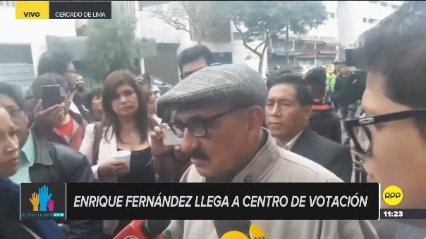 Enrique Fernández votó en un colegio del Cercado de Lima.
