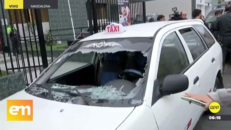 El vehículo usado por los delincuentes quedó con las lunas destruidas, producto del intercambio de disparos.