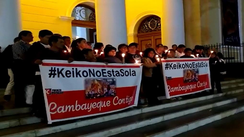 Militantes de Fuerza Popular realizan vigilia en la Catedral de Chiclayo