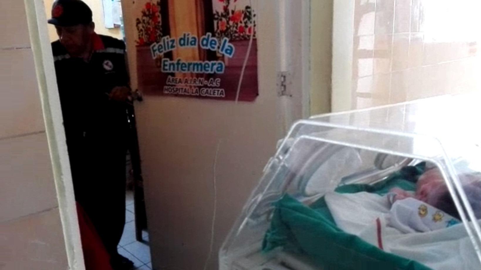 En las imágenes se observa que las incubadoras son puestas en el pasillo del hospital.