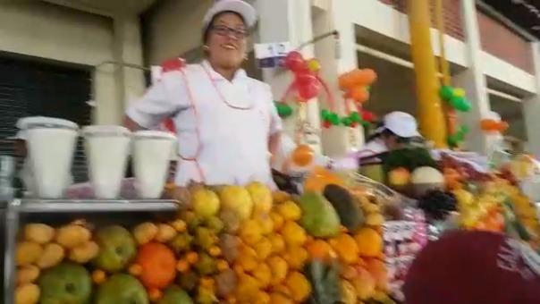 Vendedoras de jugos en el mercado San Camilo son parte de la tradición culinaria de Arequipa.