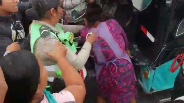 Video muestra cómo la policía busca llevarse al depósito una mototaxi, pese al hecho los comerciantes y transeúntes defendieron al mal conductor.