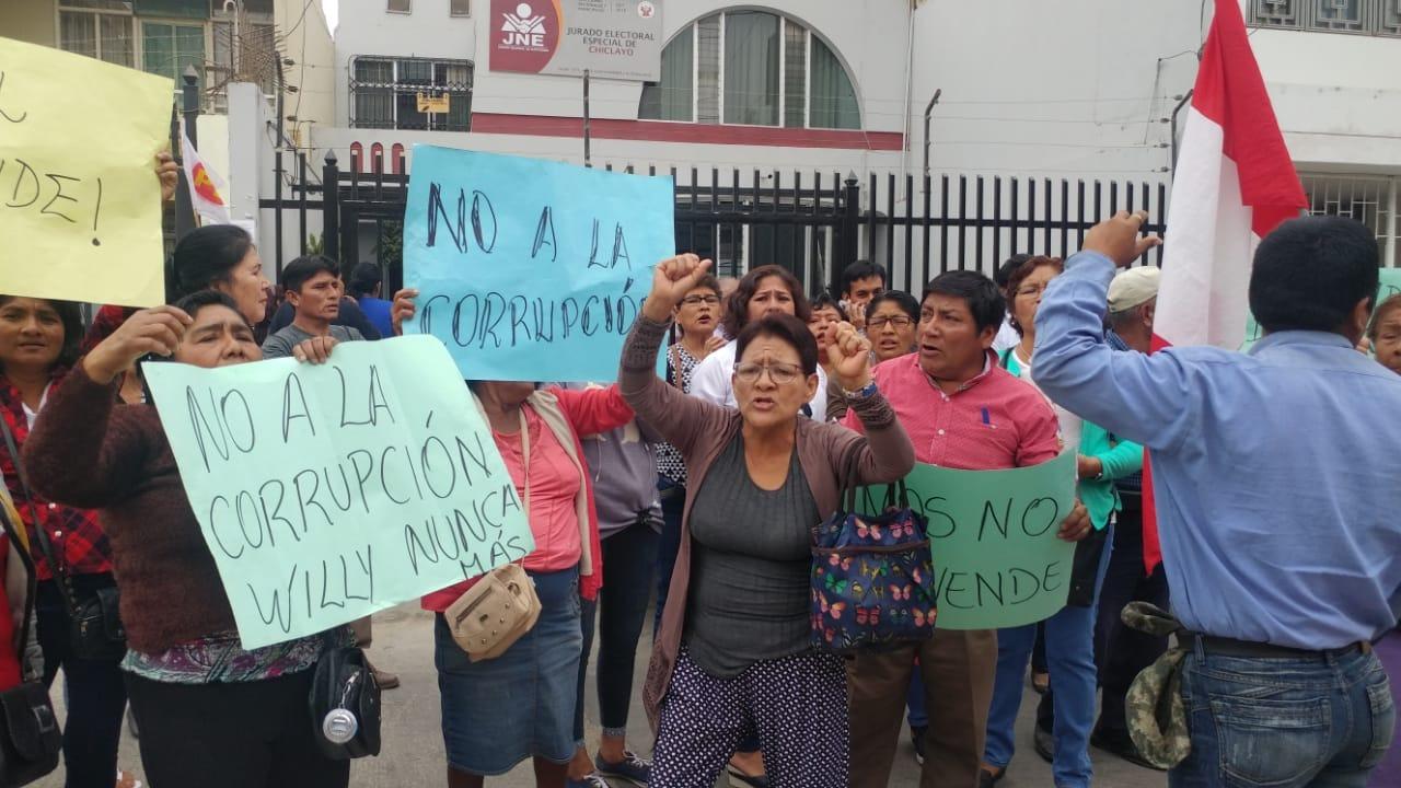 Protesta en sede de Jurado Electoral de Chiclayo.