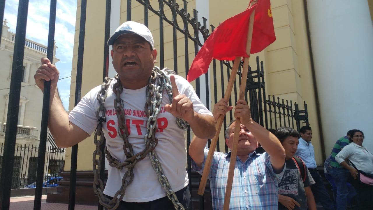 Dirigente regional del Sutep se encadenó en rejas de la Catedral de Chiclayo.