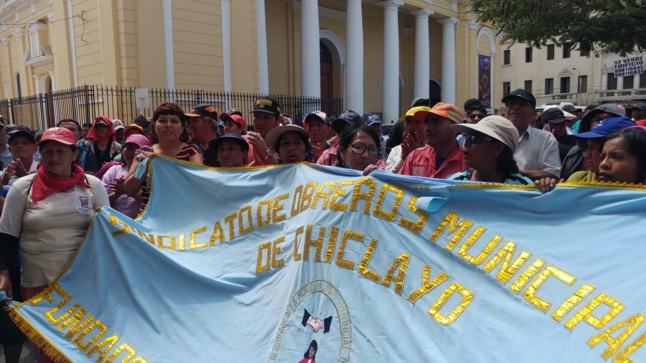 Obreros municipales continúan con protestas.