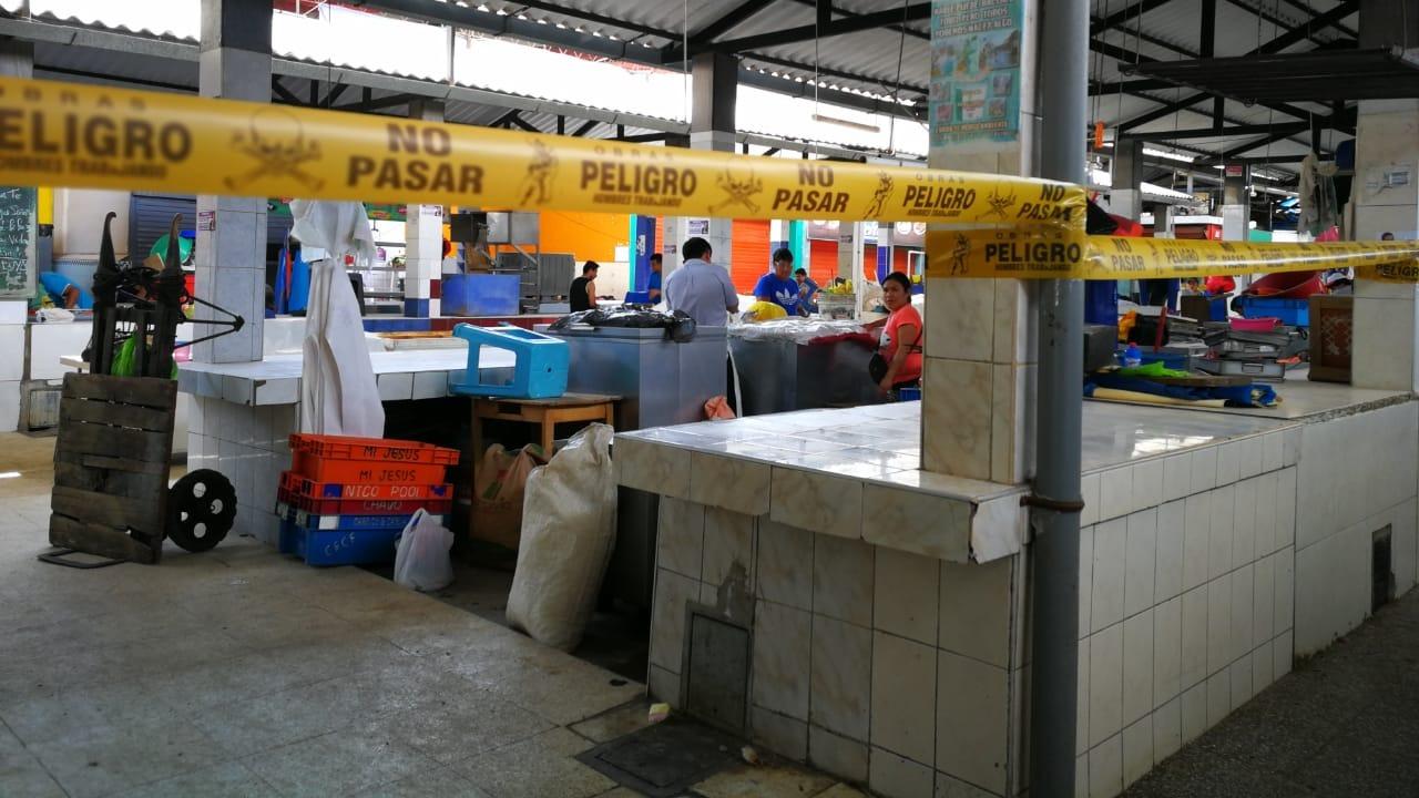 Los comerciantes realizan el mejoramiento de sus puestos de venta.