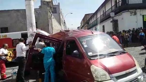 La combi impactó contra un poste, lo que ocasionó que parte de la carrocería atrape a dos pasajeros.