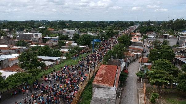 Caravana migrante en tensa espera en frontera con México.