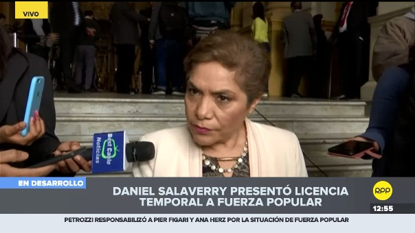 Luz Salgado da declaraciones a la prensa en el Congreso.