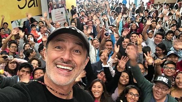 El actor Carlos Acántara visitó el colegio Hipólito Unanue, donde él terminó sus estudios escolares.