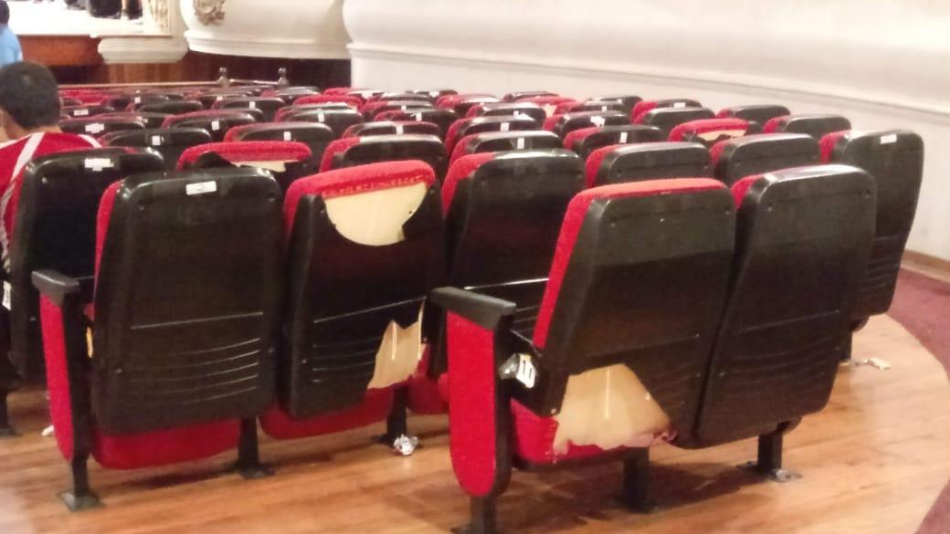 Cecilia Manucci, organizadora del Festival, lamentó el deplorable estado en el que se encuentran las butacas e infraestructura del Teatro Municipal de Trujillo.