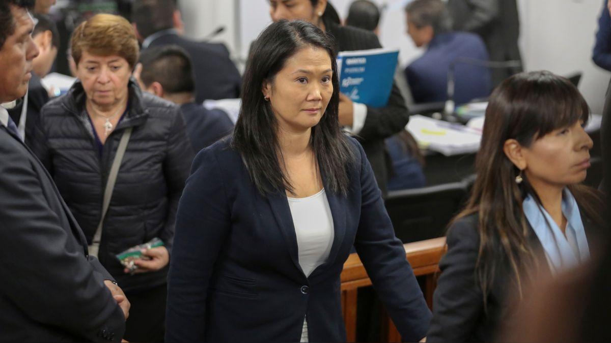 Keiko Fujimori y su abogada Giulliana Loza salen de la audiencia en la que se analiza el pedido de prisión preventiva contra la lidereza de Fuerza Popular y otros 11 investigados.