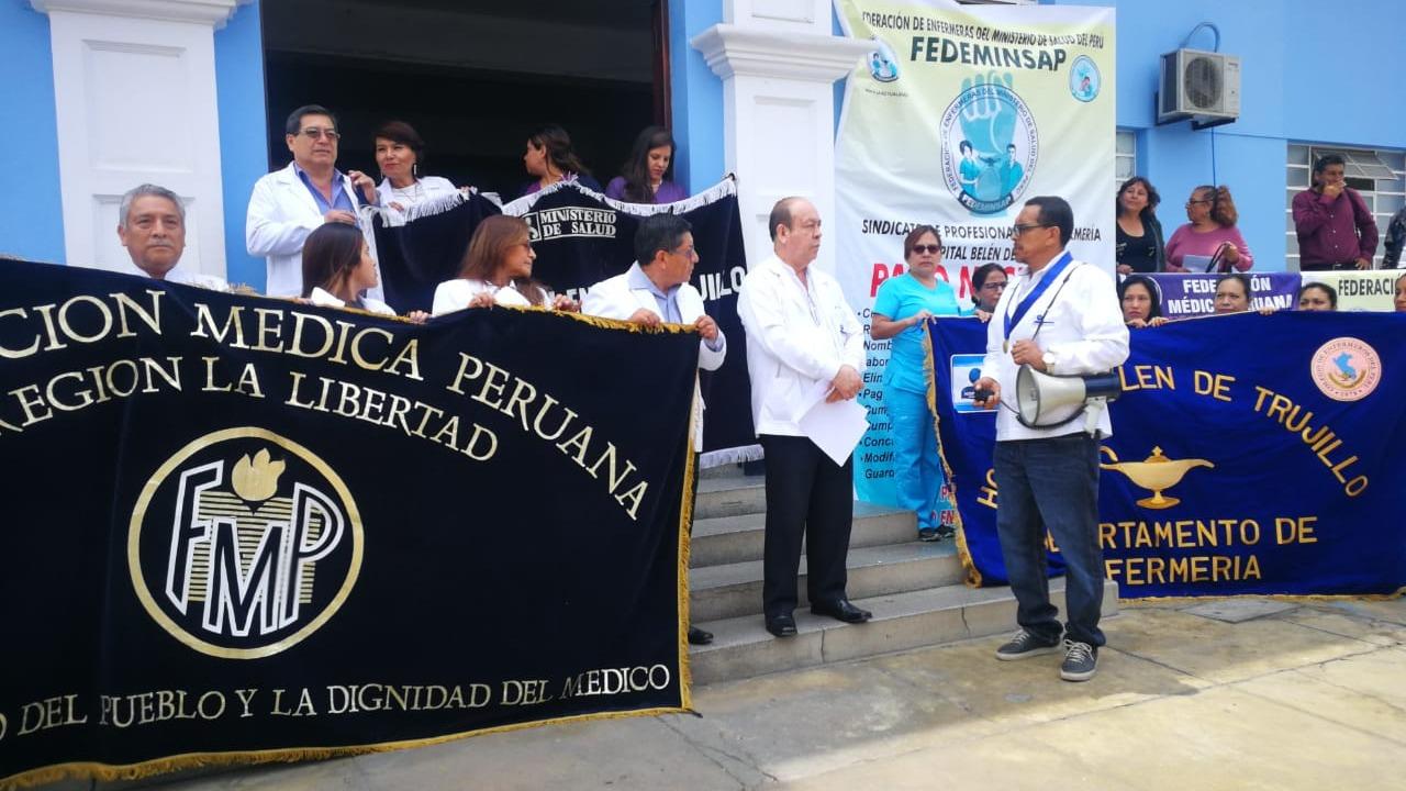 Profesionales de la salud realizan plantón en el hospital Belén.