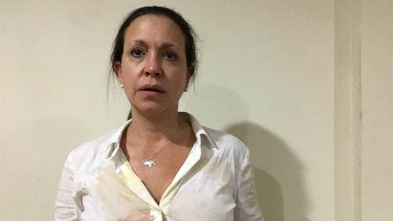 María Corina Machadofue abordada por un grupo que sujetos que la atacó a golpes y empujones.
