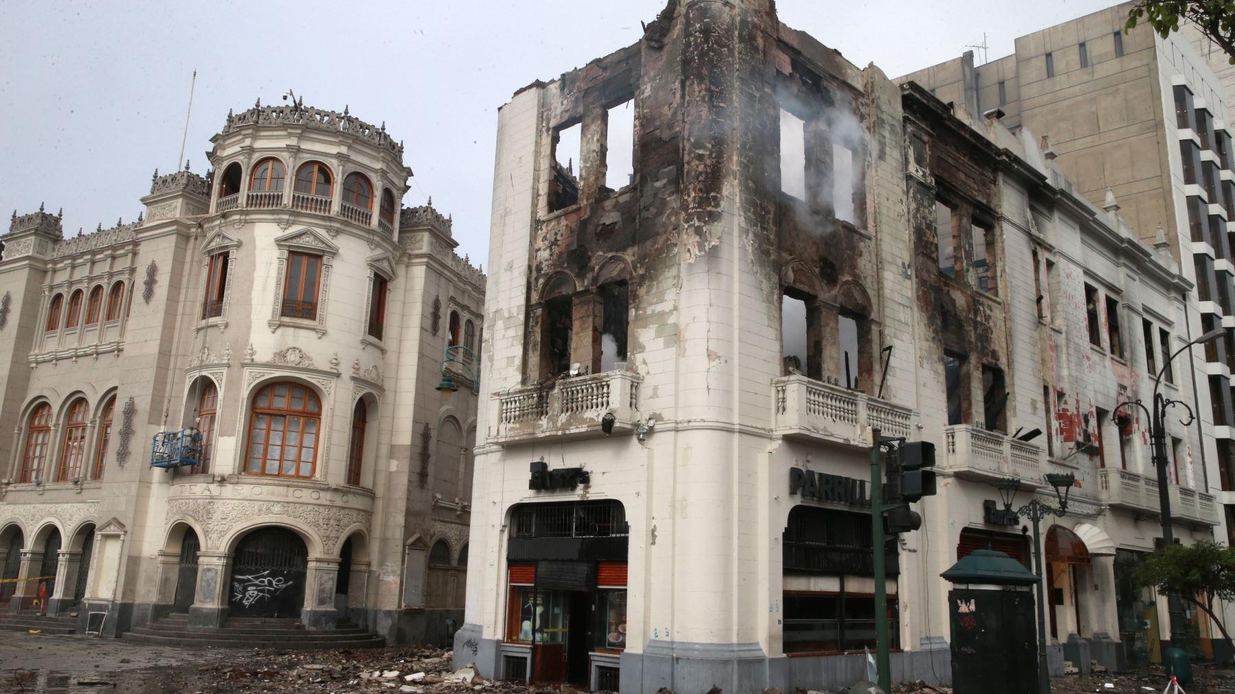 Así se encuentra el Hotel Libertador en estos momentos. Todavía quedan rezagos de fuego.