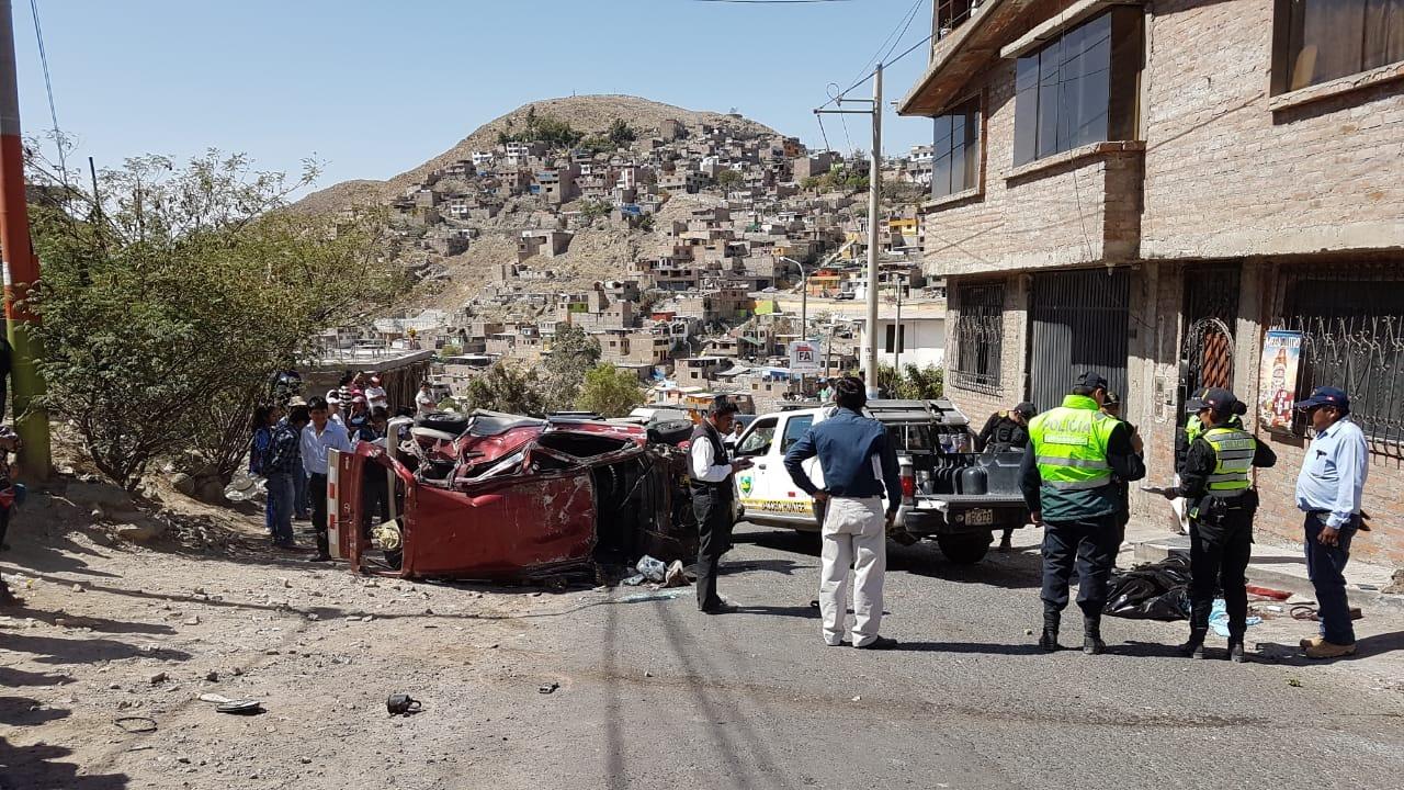 El auto quedó con las llantas arriba con el conductor dentro. Vecinos lo rescataron y trataron de golpearlo.