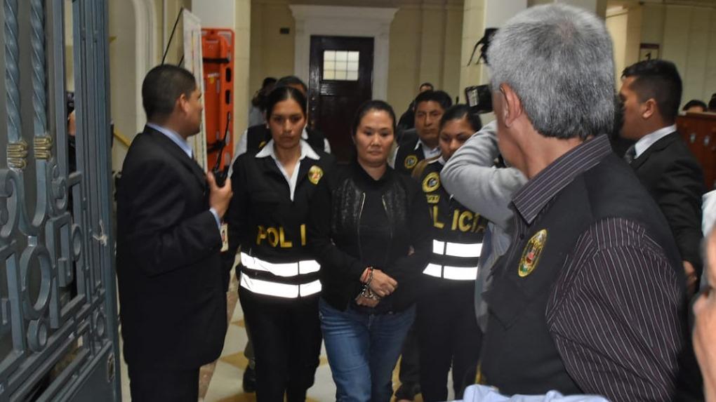 El momento en que Keiko Fujimori es trasladada a la carceleta del Inpe, en Palacio de Justicia.