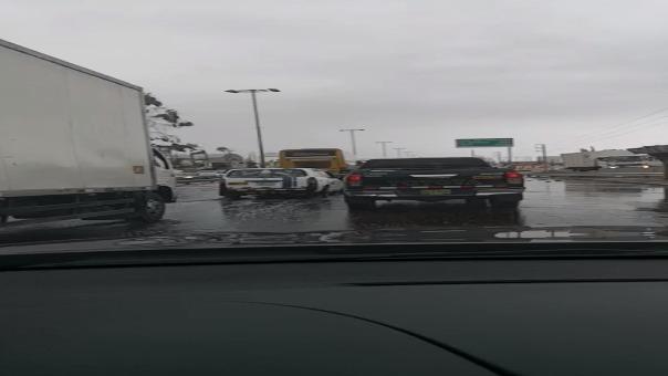 El desborde afecta el desplazamiento de los vehículos.