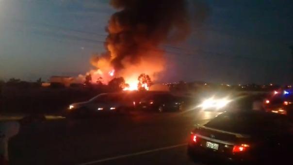 Así se aprecia el incendio desde la Panamericana Sur.