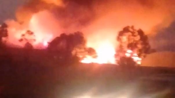 Las llamas del incendio se puede ver desde varios kilómetros de distancia.