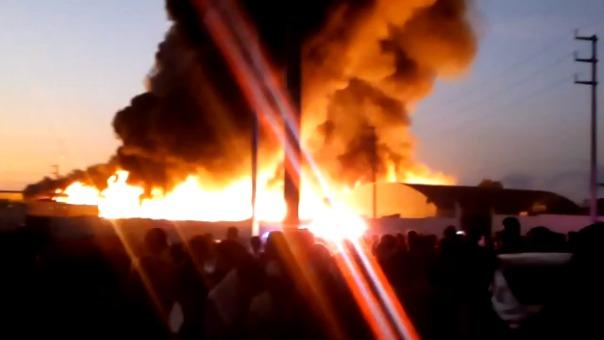La zona donde se registra el incendio es industrial aunque hay pequeños poblados a un kilómetro de distancia.