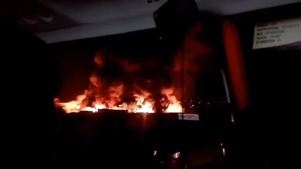 Desde un bus, personas grabaron la magnitud del fuego que consumía la fábrica.