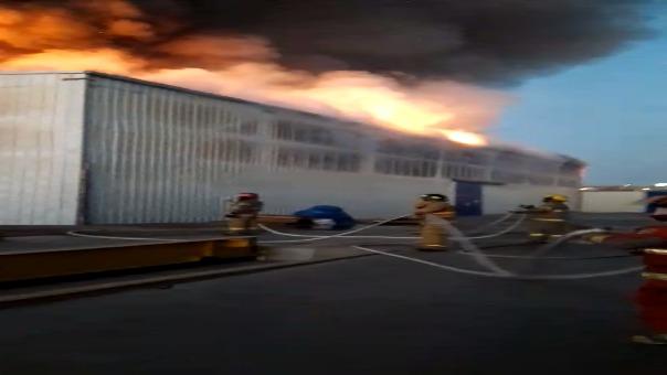 Los bomberos de Ica, Pisco y San Clemente llegaron primero para atender la emergencia.