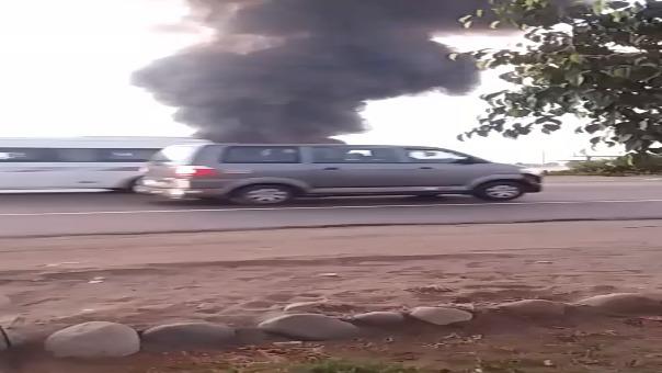 Así se veía el fuego aproximadamenteb a las 6:30 de la tarde.