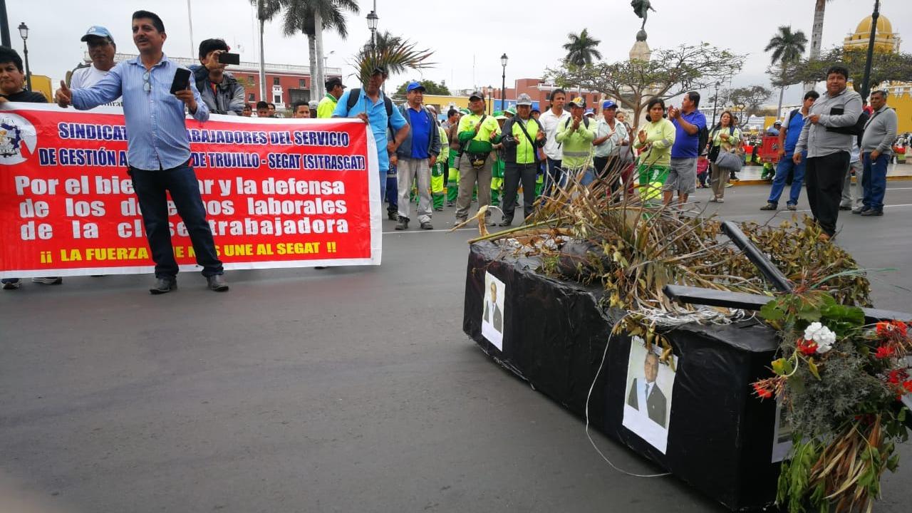 Trabajadores se enfrentaron verbalmente contra el gerente del Segat, Fernando Díaz.