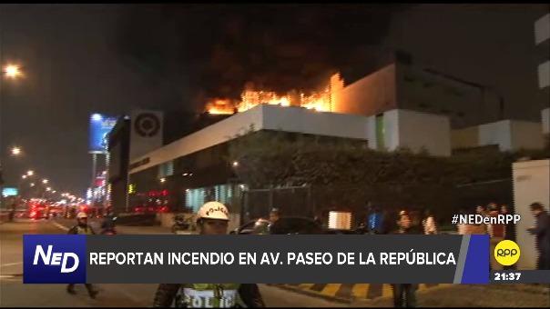 Unas seis unidades del cuerpo de Bomberos se encuentran realizando labores para evitar que las llamas se expandan en el edificio.