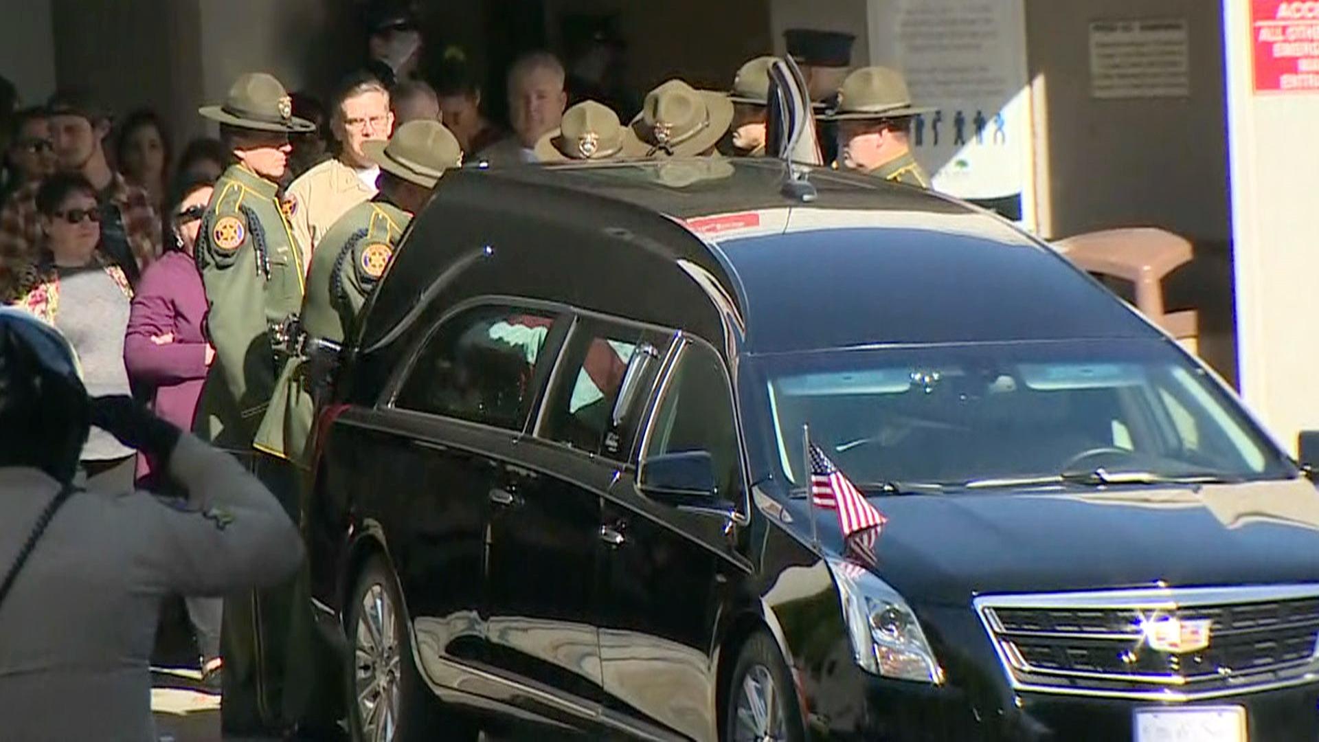 Exsoldado mata a tiros a 12 personas en bar de California.
