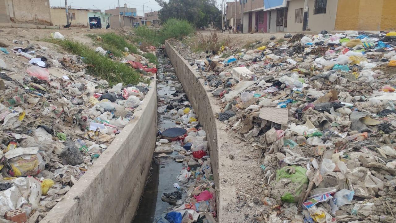 Acequias de Chiclayo convertidas en botaderos de basura