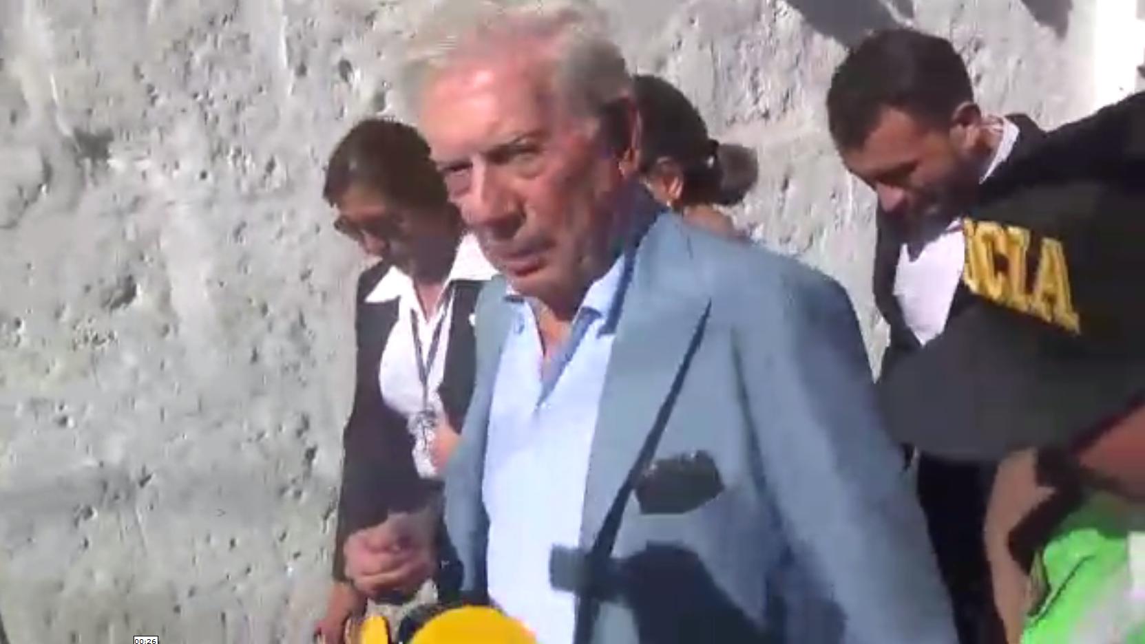 Mario Vargas Llosa mientras caminaba por las calles de Arequipa.