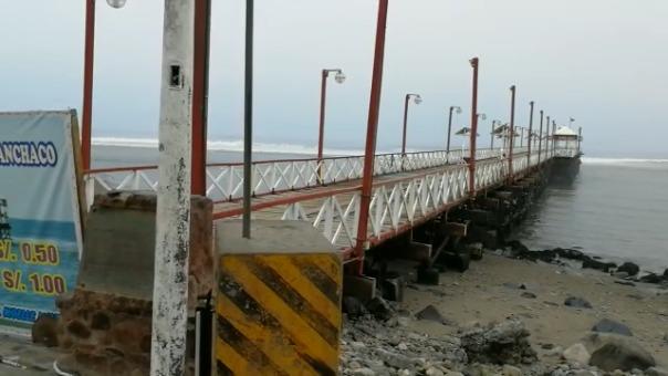 Muelle artesanal afectado por oleaje.