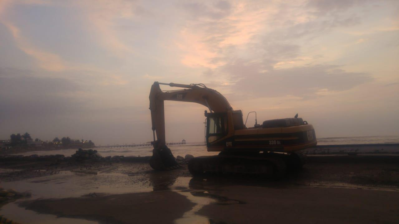 Maquinaria pesada continúa los trabajos para proteger la ribera en Huanchaco.