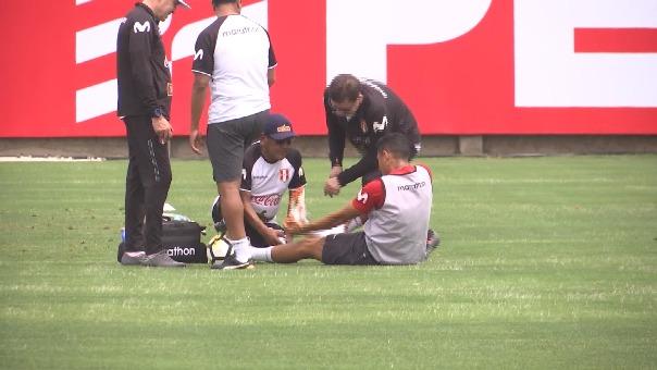 Yoshimar Yotún adolorido en la práctica de la Selección Peruana.