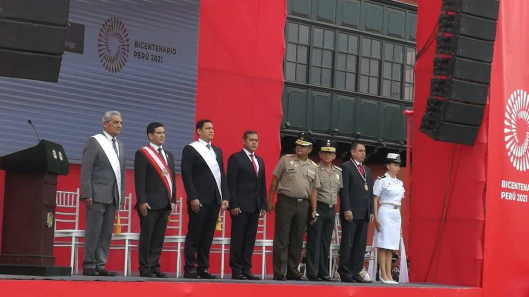 El ministro Gustavo Mostajo participó en el izamiento de bandera y desfile al llegar al Bicentenario del Perú.