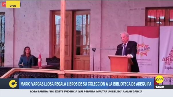 Mario Vargas Llosa regala libros de su colección a la biblioteca de Arequipa.