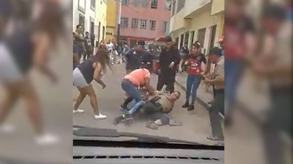 Policías asistieron a detener a un ladrón de celulares, pero fueron los vecinos quienes en turba agredieron a los efectivos para poder dejarlo libre.