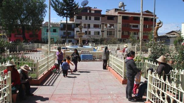 El municipio debe volver a colocar la pileta central, el busto a Vallejo, las bancas y hasta el enrejado en la plaza de armas,