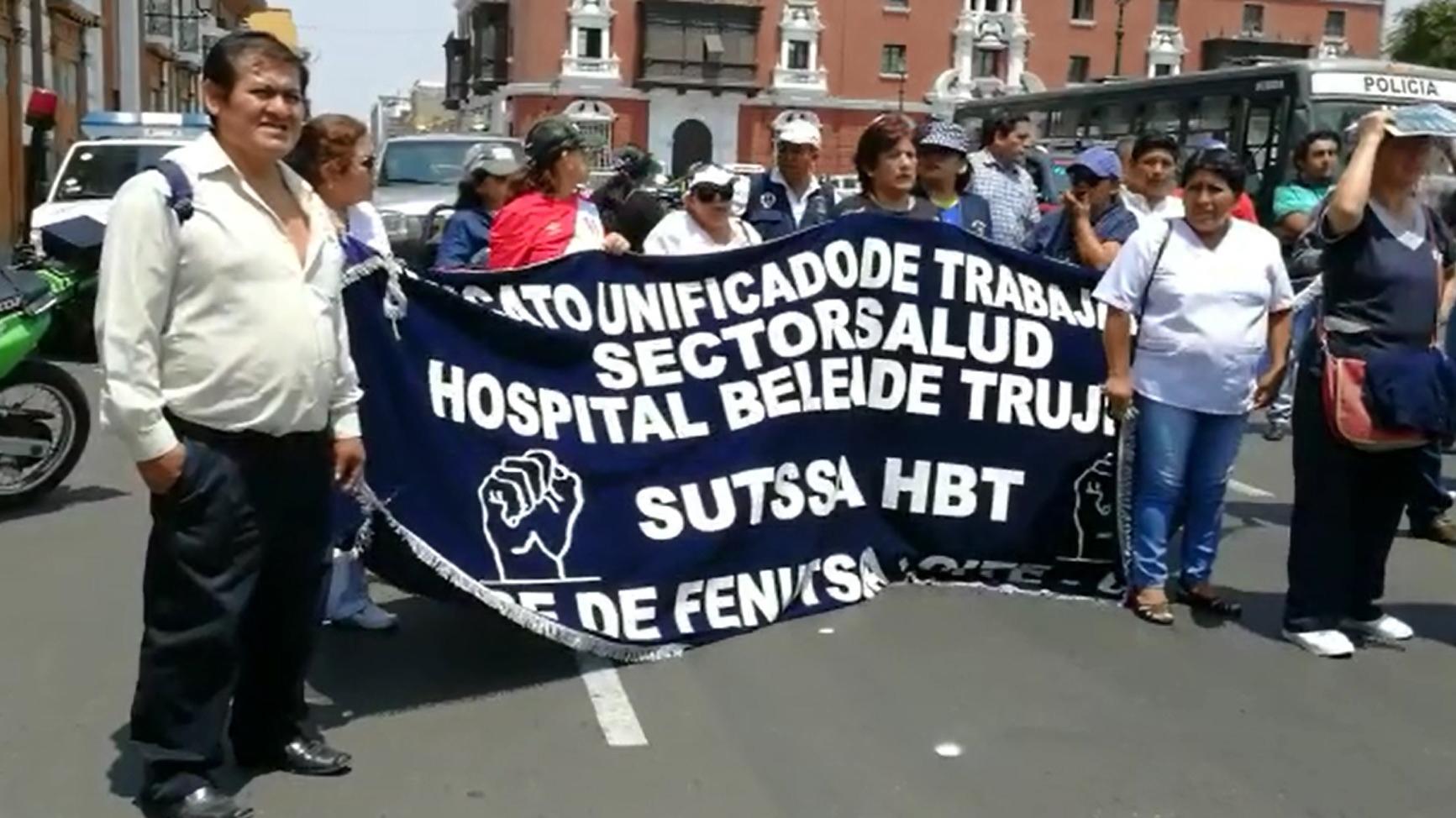 Trabajadores realizaron una movilización en la plaza de armas de Trujillo.