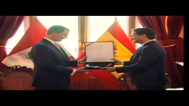 Momentos en que el presidente del Congreso, Daniel Salaverry le entrega la medalla de honor en grado de Gran Cruz al rey Felipe VI.