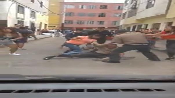 Este es el video en que se aprecia cómo la turba de vecinos agreden a los efectivos de la policía.