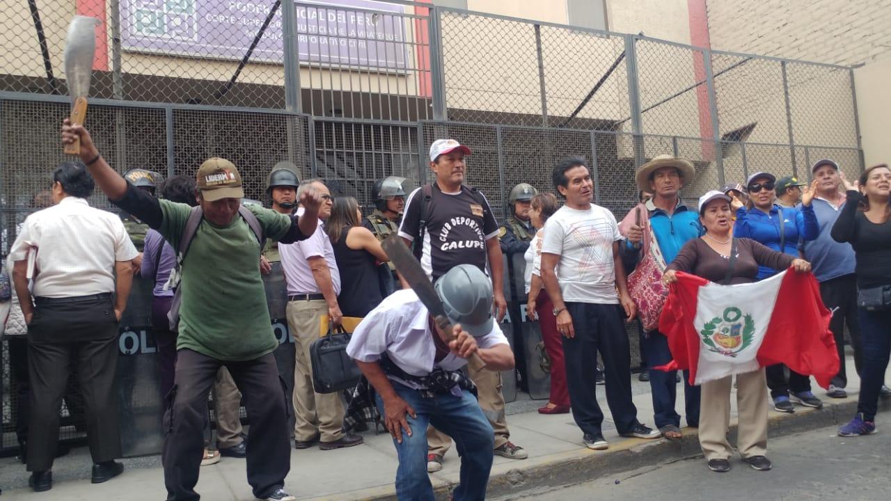 Protesta de trabajadores de Tumán en Salas Civiles de Chiclayo.